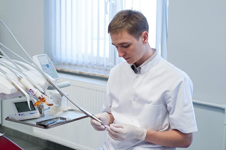 Dentysta przygotowujący sprzęt do zabiegu
