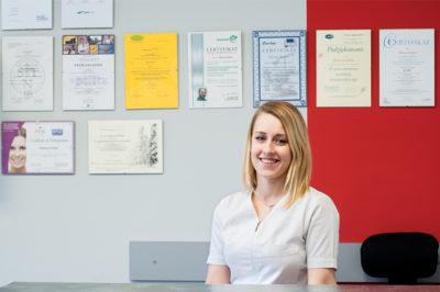 Asystentka stomatologa w recepcji