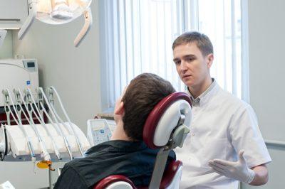 Stomatolog rozmawiający z pacjentem