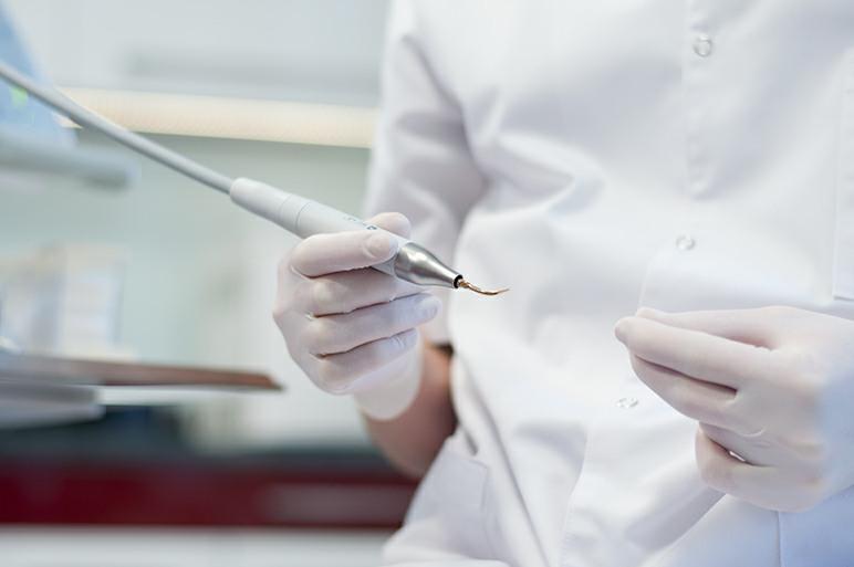 Lekarz podczas przygotowywania sprzętu dentystycznego