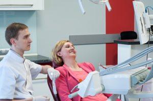 Pacjentka na krześle dentystycznym