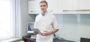 lekarz stomatolog Mateusz Kufieta w gabinecie stomatologicznym