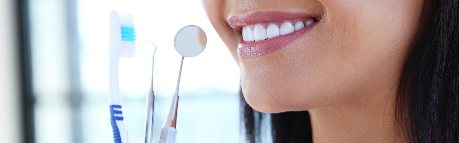 Kobieta trzymająca przyrządy dentystyczne