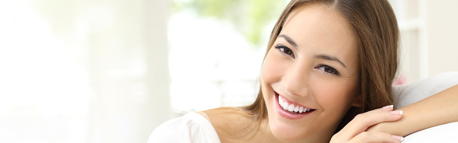 Twarz uśmiechającej się kobiety