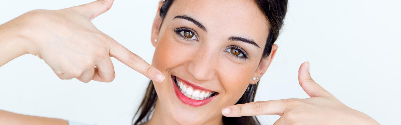 Kobieta wskazująca na swoje zęby
